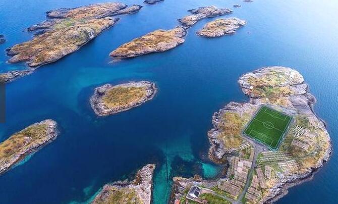 """足球一直享有着""""世界第一运动""""的美誉,是全球体育界最具影响力的竞技运动。而在世界上有一个最美的海上足球场,它就是挪威的罗弗敦群岛。"""