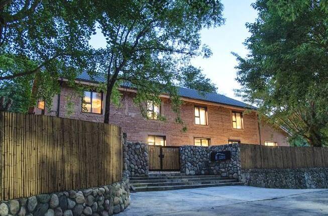 本项目坐落于风景秀丽的天目山南靡大有村,民宿依山而建,青翠缭绕,建筑由一幢2层老式木结构瓦房和一幢2层混泥土结构新建房组成。设计的目的是将此打造成一个集会议、居住、餐饮、休闲为一体的综合民宿度假空间。