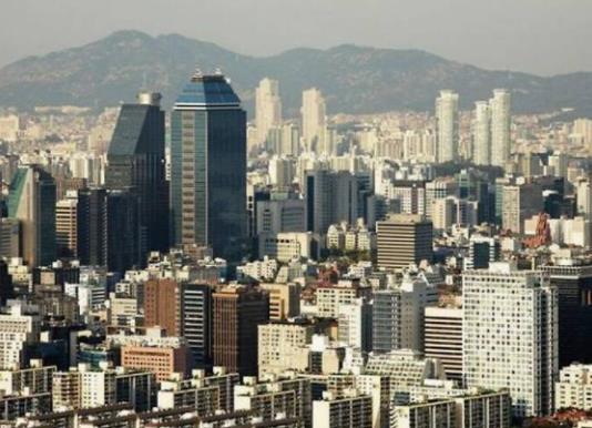 位于我们身旁的韩国,是一个很多国人都喜欢旅游的国家。这个国家的旅游资源丰富,因为被汉文化影响数千年的时间,所以这里拥有着很多中国元素,不管是光华门的匾额,当地的民俗博物馆,你都能找到很多中国文化的影子。